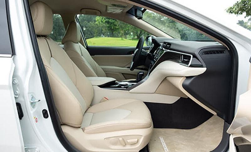 Ghế trước có không gian thoải mái khi lái xe