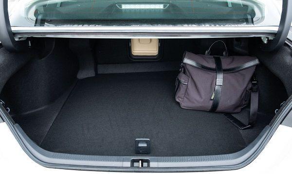 Khoang hành lý của Toyota Camry bản 2021 khá rộng rãi