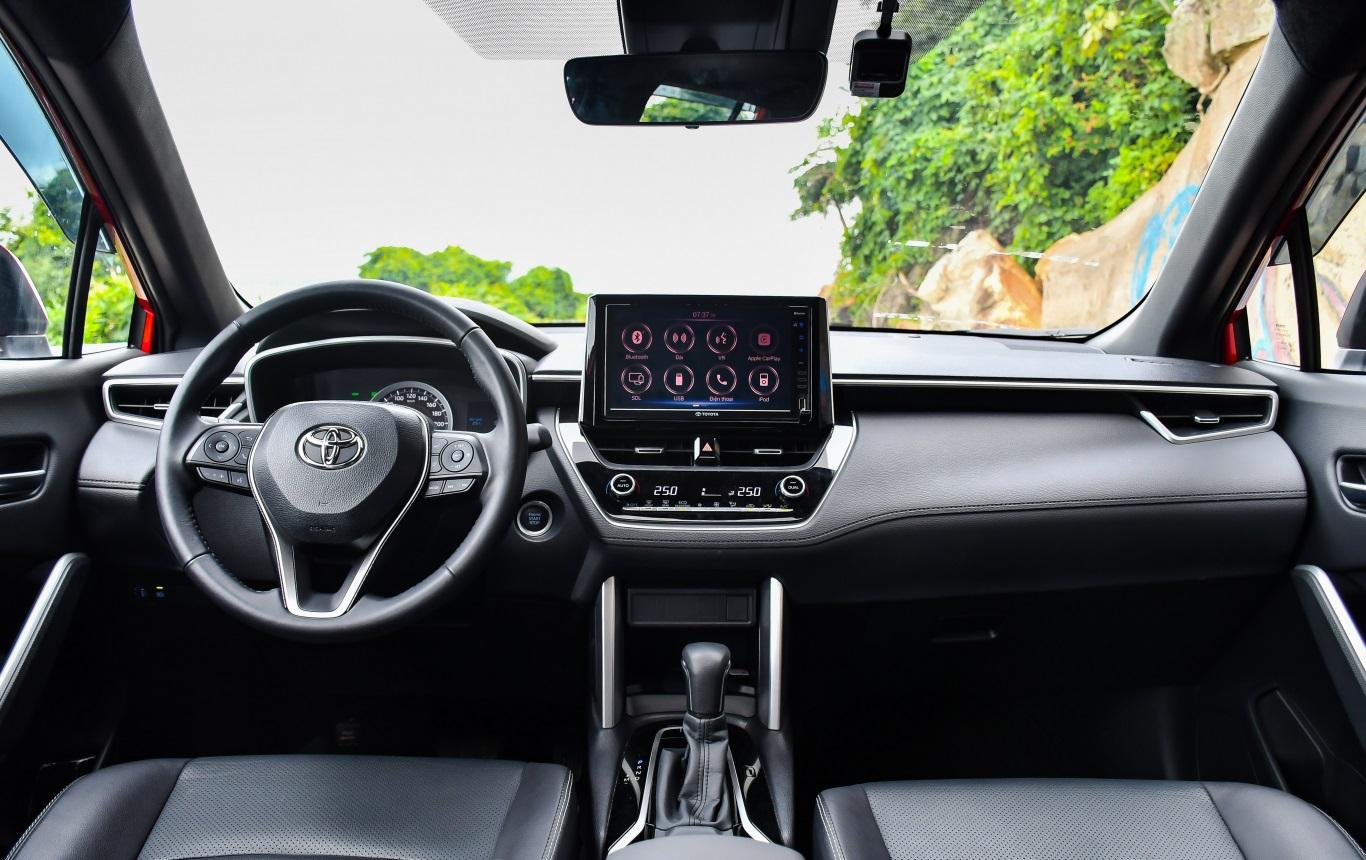 Toyota Corolla Cross 2021 trau chuốt bề mặt táp lô