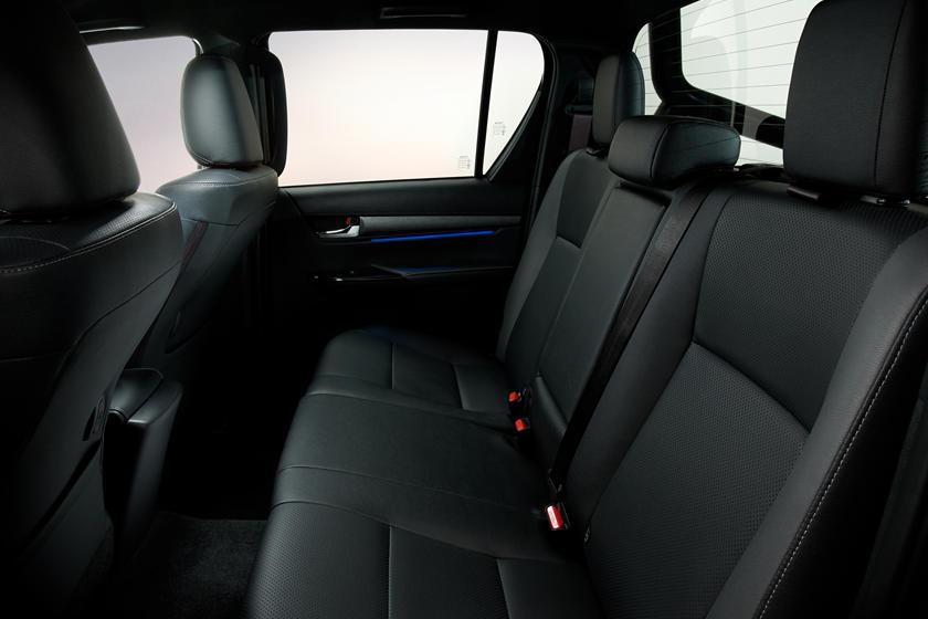 Hàng ghế ngồi phía sau Toyota Hilux 2021 khá thoải mái cho người ngồi