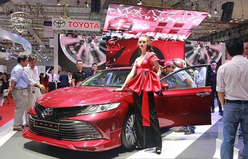Toyota Camry 2021 màu đỏ