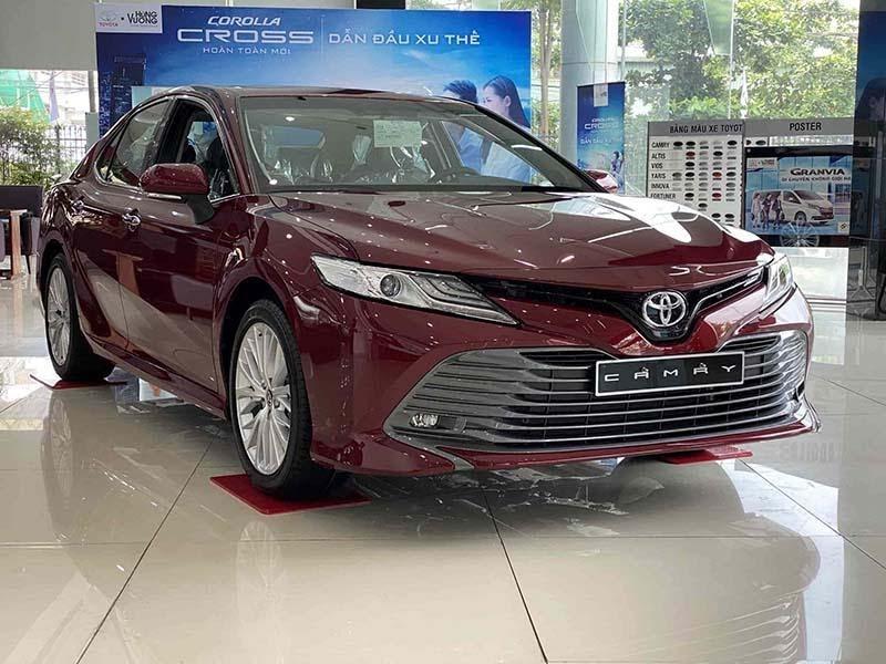 Toyota Camry 2021 màu nâu đỏ