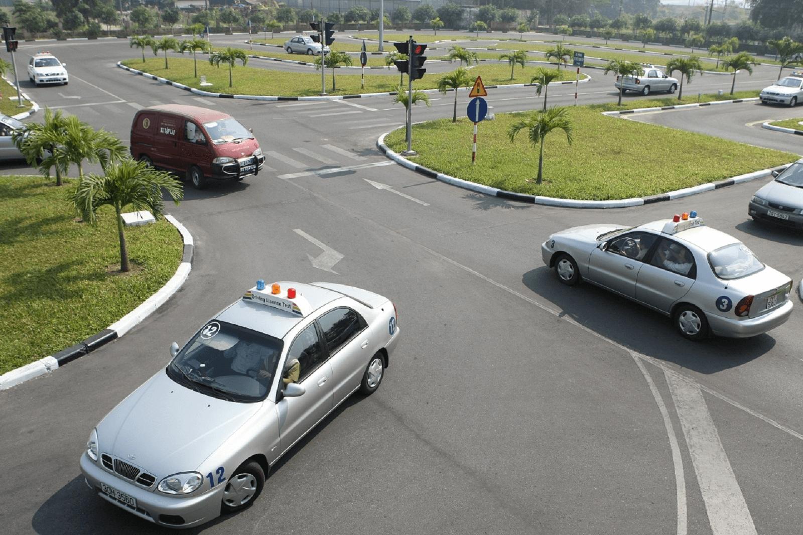 Phí học và thi bằng lái ô tô tăng gấp 3 lần