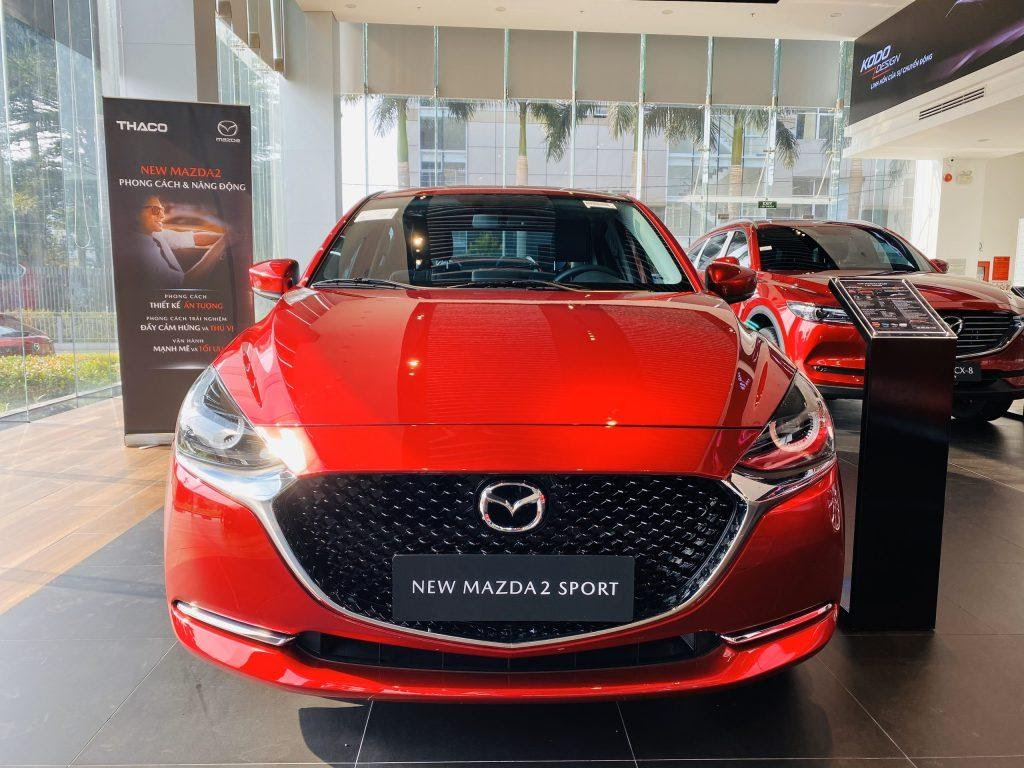 Nhìn từ phía trước của Mazda 2 2021 Sport.