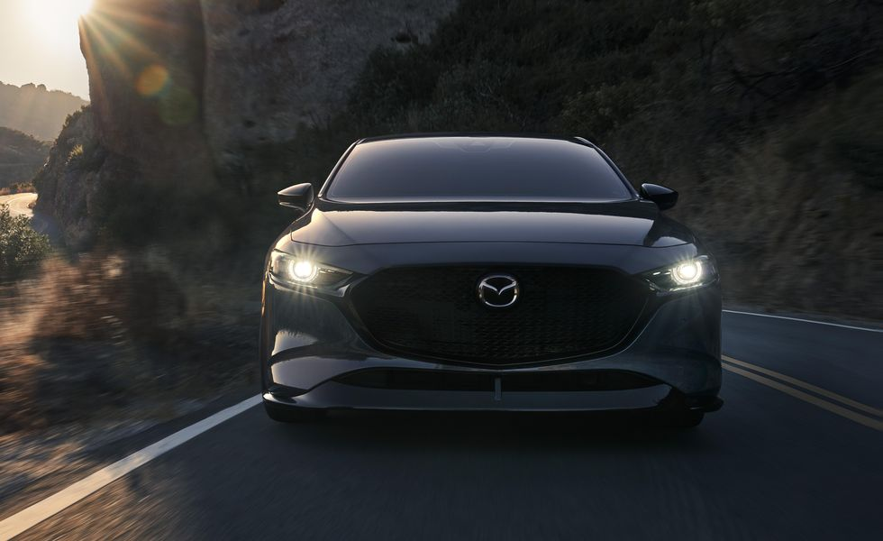 Nhìn trực diện Mazda 3 2021 có vẻ trang nhã, tinh tế với lối thiết kế tối giản.