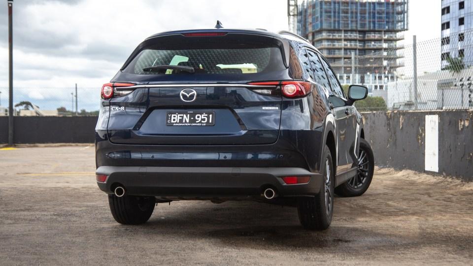 Đuôi xe Mazda CX-8 2021 được thiết kế tinh giản, thân thiện.