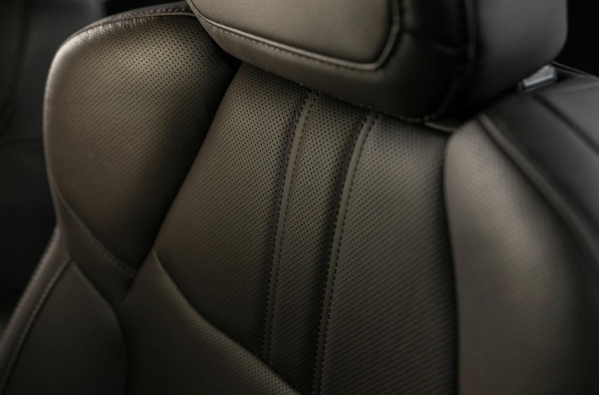 Ghế ngồi bọc da sang trọng với không gian thoải mái, thoáng đãng.