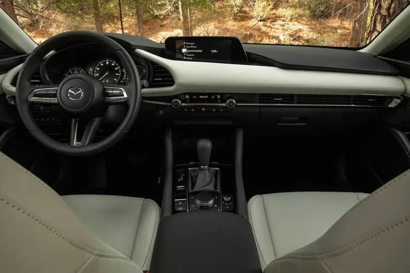 Khoang lái có thiết kế hiện đại, tinh tế và mang tính tiện dụng cao.