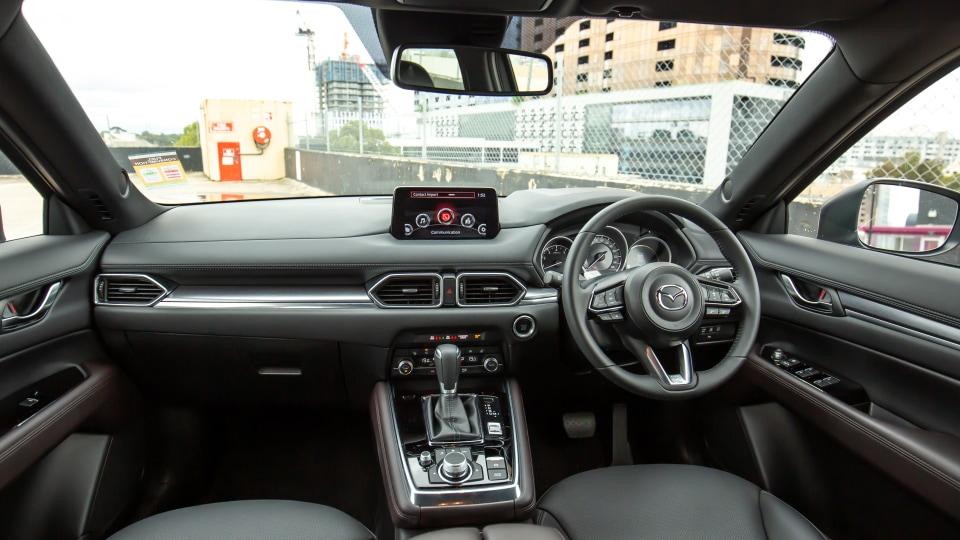 Mazda CX-8 2021 có khoang lái tiện dụng nhưng sang trọng, hiện đại.